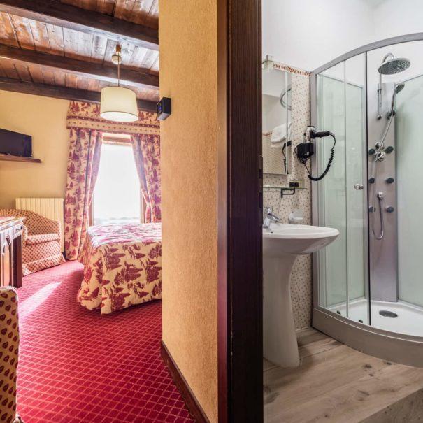 camera superior e bagno - hotel cervinia vicino piste da sci
